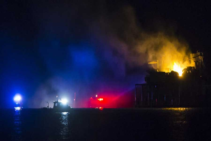 Rescue boats surround a rig in Lake Pontchartrain near New Orleans, La., after the rig exploded late on Sunday, Oct. 15, 2017. (AP photo)