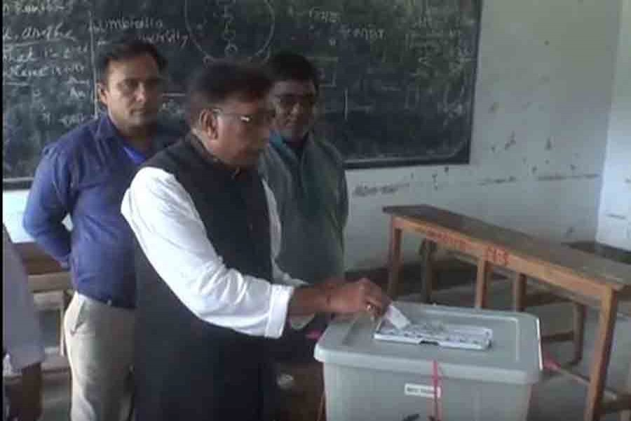 Awami League candidate Prof MA Matin casting his vote at Ulipur MS School and College polling centre around 8 am on Wednesday, July 25, 2018. UNB photo