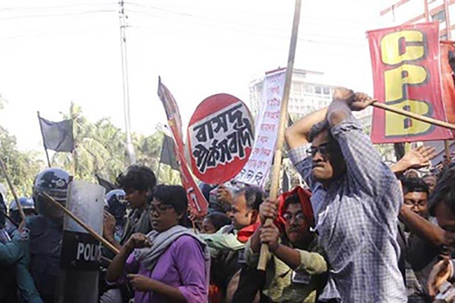 Police foil leftists' black flag march