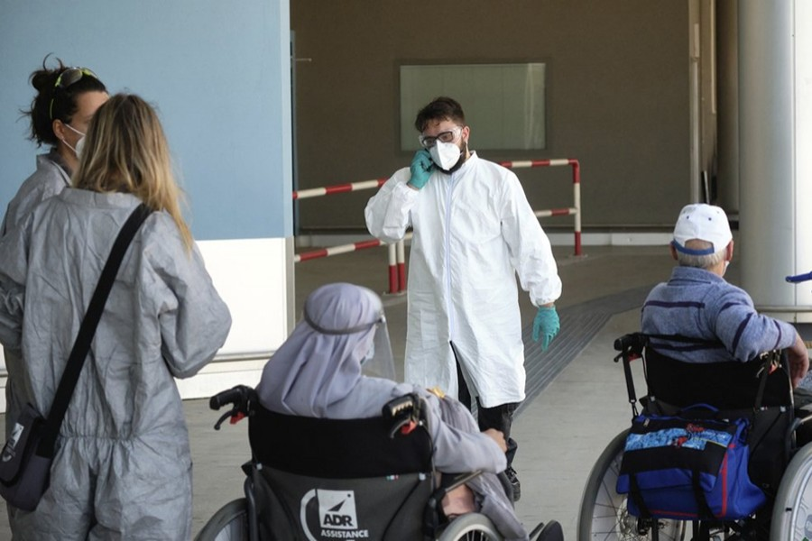 Medical staffers check passengers arriving at Rome's Leonardo Da Vinci international airport on Wednesday, July 8, 2020. Rome airport authorities have refused to let 112 Bangladeshi passengers off a plane that landed from Qatar as Italy tightens restrictions on people arriving from coronavirus hotspots — AP photo
