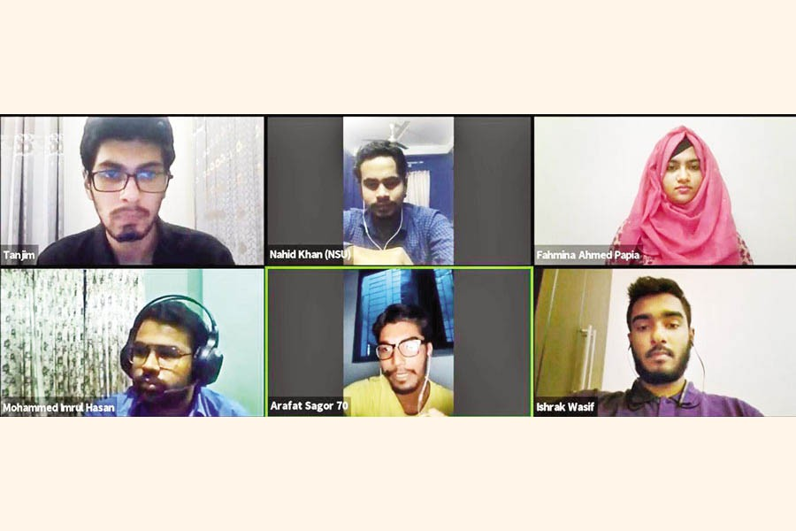 Students of different universities discuss e-learning in a Zoom session