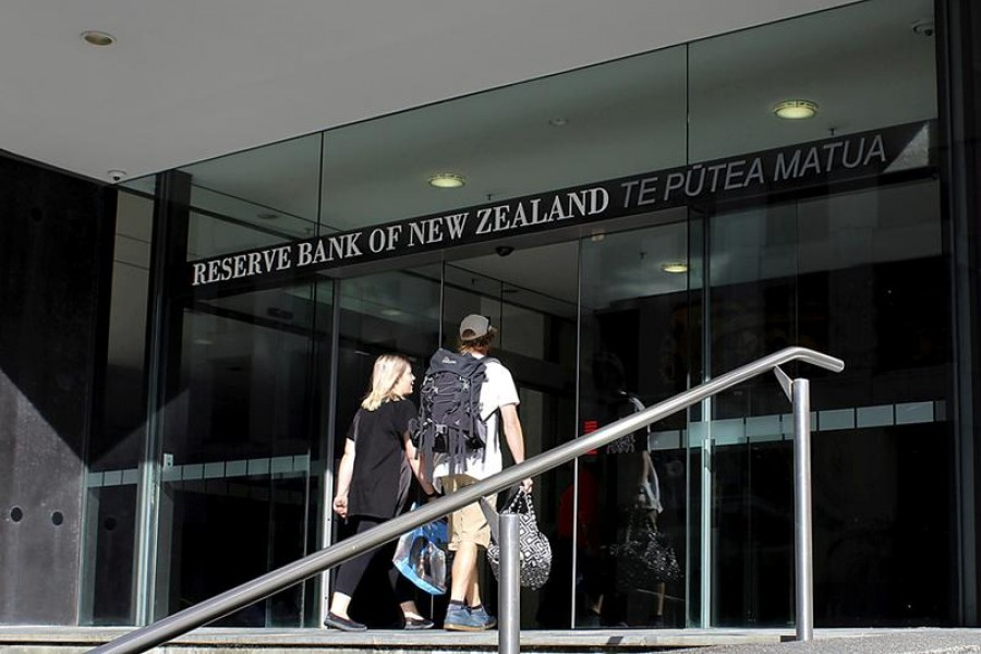 Two people walk towards the entrance of the Reserve Bank of New Zealand located in the New Zealand capital city of Wellington, March 22, 2016 — Reuters/Files