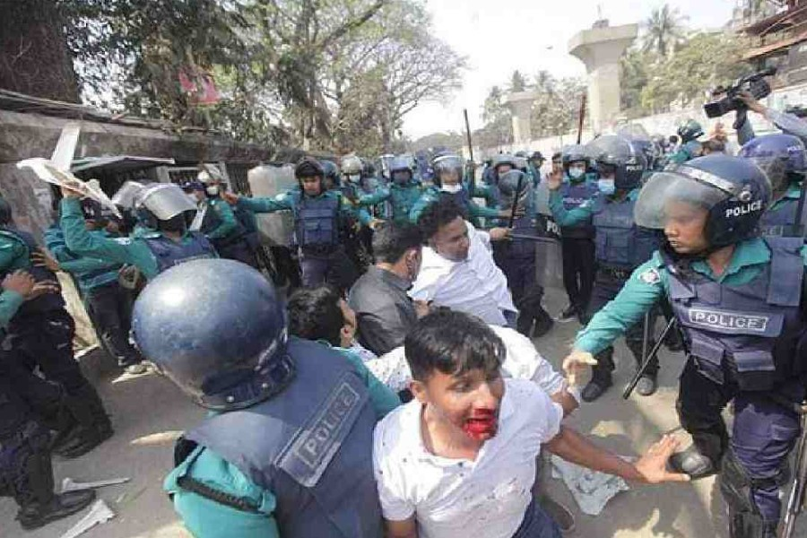 Activists of Chhatra Dal clash with police at Press Club