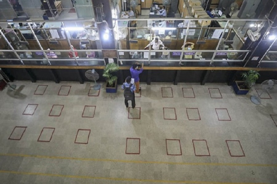 Banks almost deserted, stock indices gain in lockdown