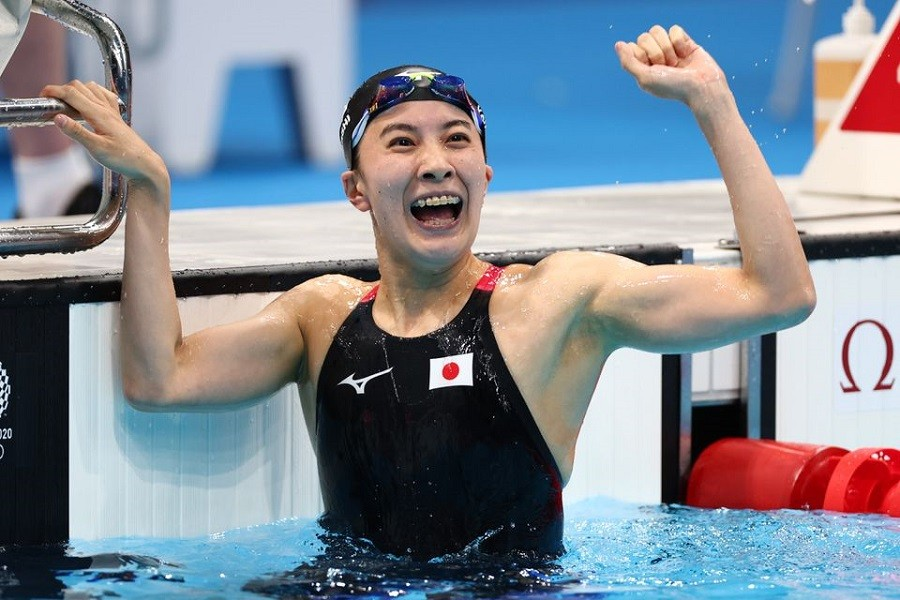 Tokyo 2020 Olympics - Swimming - Women's 400m Individual Medley - Final - Tokyo Aquatics Centre - Tokyo, Japan - July 25, 2021. Yui Ohashi of Japan celebrates after winning the gold medal – Reuters/Kai Pfaffenbach