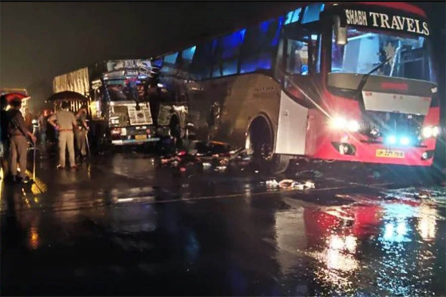 18 die after truck crashes into bus in India