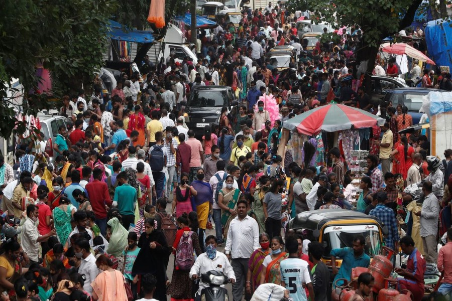 People are seen at a crowded market amidst the spread of the coronavirus disease (COVID-19) in Mumbai, India, July 28, 2021. REUTERS/Francis Mascarenhas