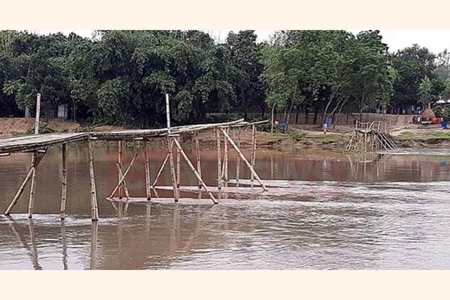 The broken bamboo bridge over the Chikli river under Taraganj upazila in Rangpur — FE Photo
