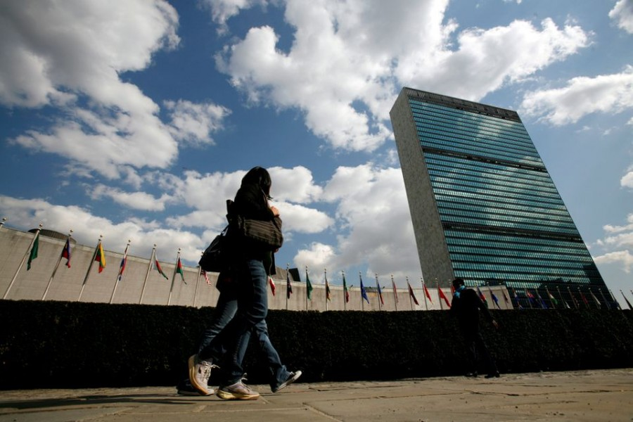 Tourists walk past the United Nations Headquarters in New York, March 24, 2008. At left is the UN General Assembly building and at right is the UN Secretariat building. REUTERS/Mike Segar