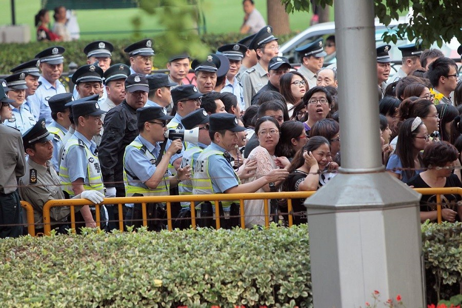 Police officers remove fans standing outside the opening ceremony of the 17th Shanghai International Film Festival, June 14, 2014 —Reuters/Aly Song (CHINA - Tags: ENTERTAINMENT)