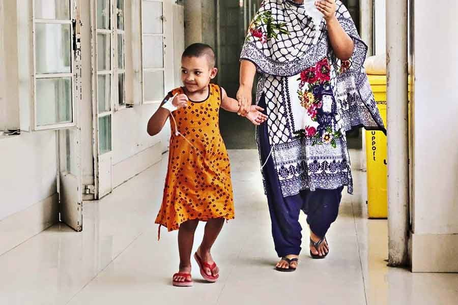 Ayesha, a little girl undergoing treatment for dengue fever at Holy Family Red Crescent Medical College Hospital in the city, is taking an evening stroll on the hospital corridor on August 30 this year. Amid Covid-19 crisis, dengue sets alarm bells ringing for residents, especially for children —FE file photo