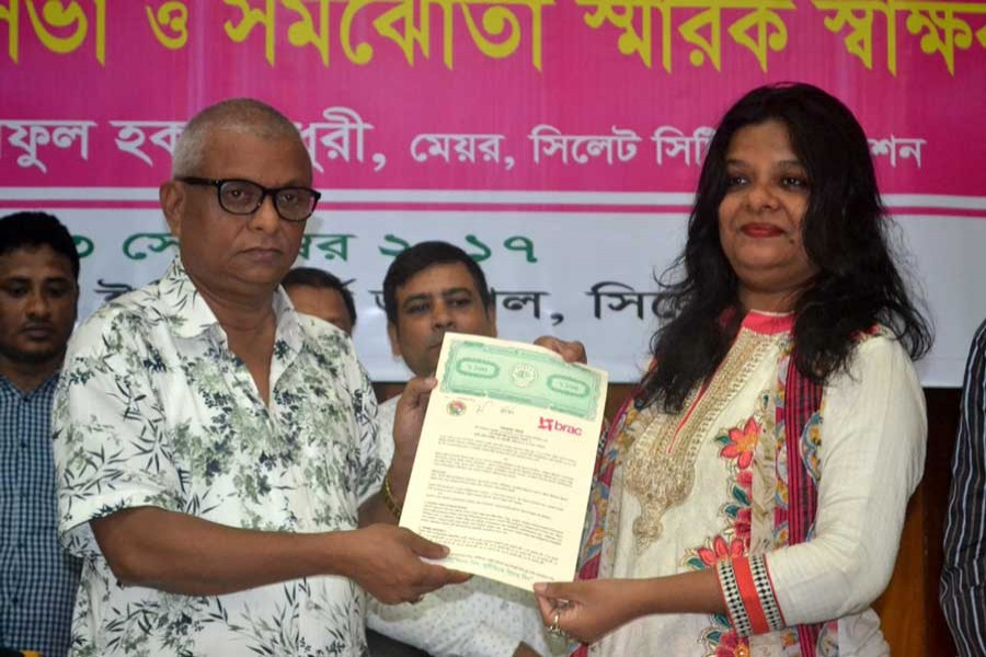 SCC mayor Ariful Haque Chowdhury and BRAC'S Urban Development Pogramme chief Hasina Moshrofa are seen at the MoU signing ceremony in Sylhet on Saturday. — FE Photo