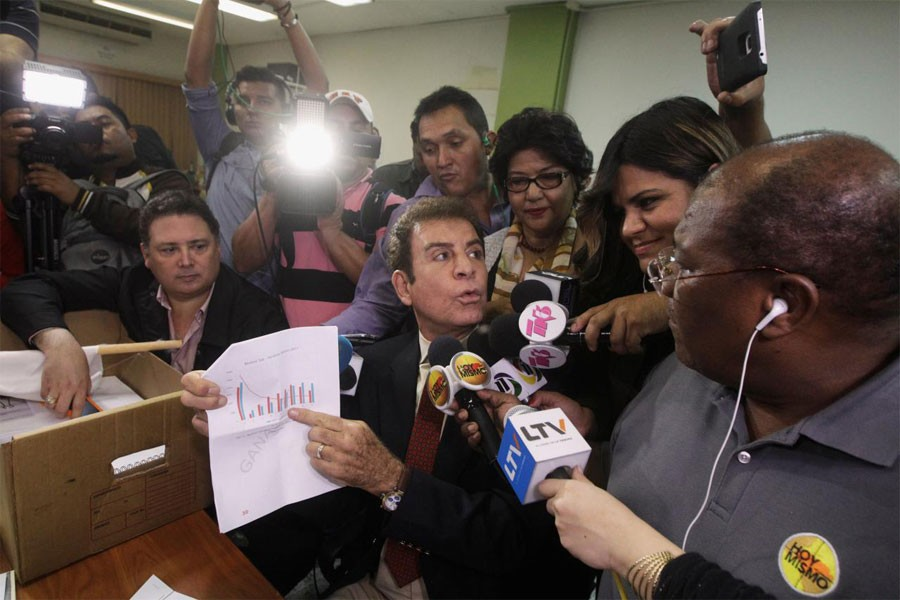 Salvador Nasralla, shows a graphic to reporters while formally requesting to annul the results of the still-unresolved presidential election, in Tegucigalpa, Honduras, early December 9, 2017. (Reuters Photo)