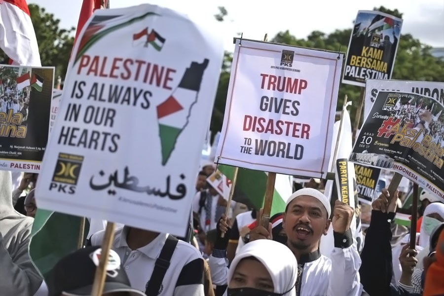 Muslims hold posters during a rally against President Donald Trump's decision to recognize Jerusalem as Israel's capital outside the US Embassy in Jakarta, Indonesia, Sunday, Dec 10, 2017. (AP photo)