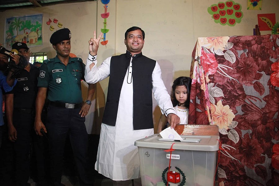 AL candidate Jahangir Alam showing victory sign after castic his vote