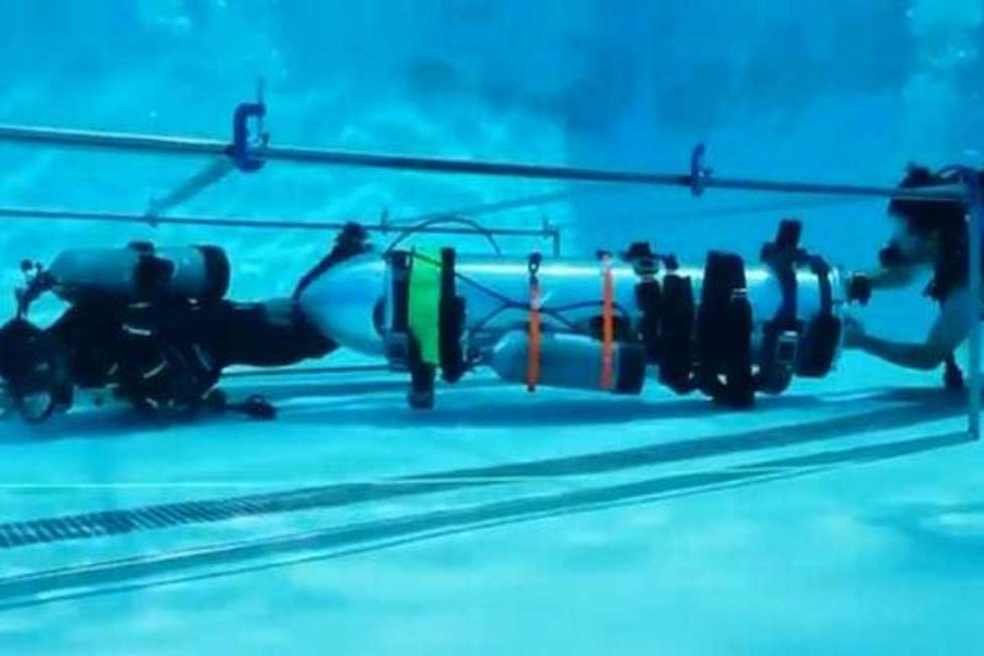 Elon Musk builds mini sub to help in Thai cave rescue