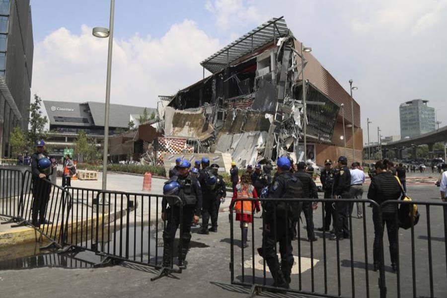 Shopping mall collapses in Mexico City