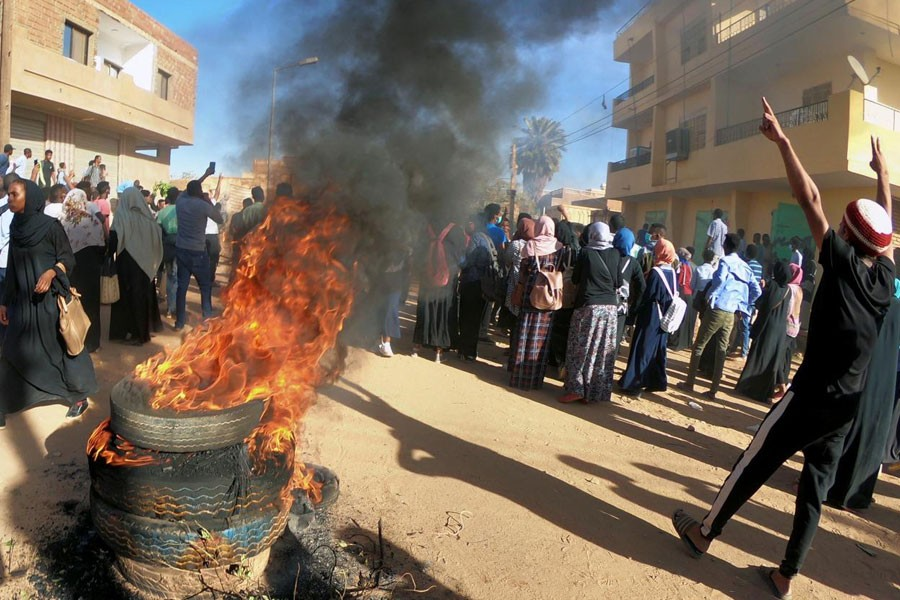 Sudanese demonstrators burn tyres as they participate in anti-government protests in Omdurman, Khartoum, Sudan January 20, 2019 - Reuters