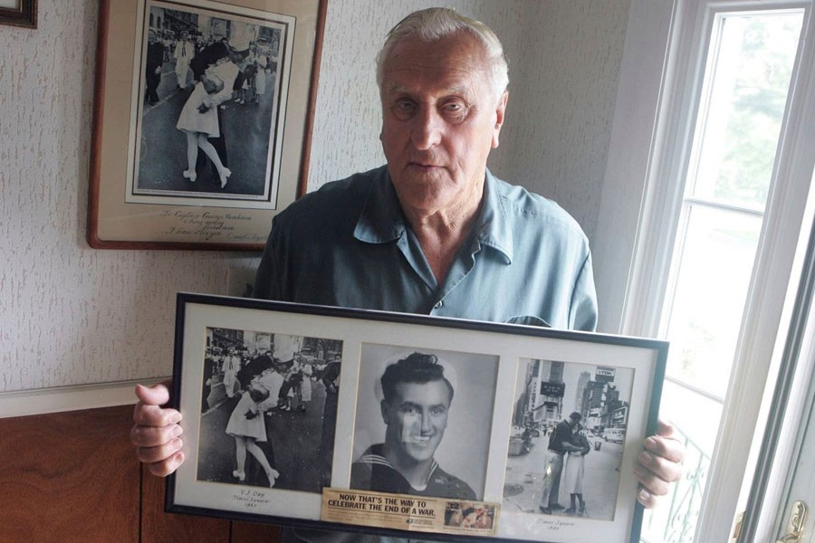George Mendonsa in 2009, holding a copy of Alfred Eisenstadt's iconic World War II photo. The image was widely believed to show Mr Mendonsa kissing Greta Zimmer Friedman, a dental assistant in a nurse's uniform - Connie Grosch/AP