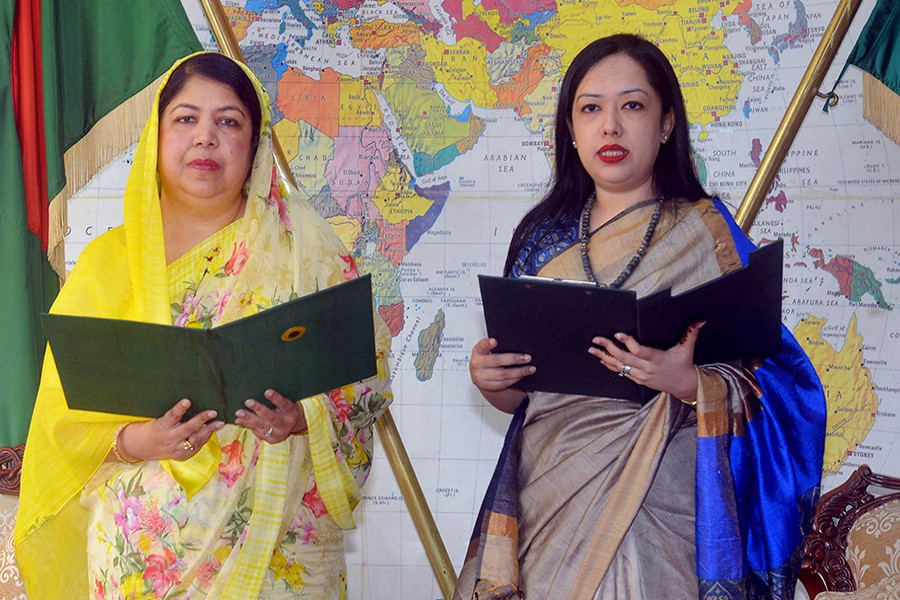 Speaker Dr Shirin Sharmin Chaudhury administers the oath to BNP's MP-elect Barrister Rumeen Farhana at the Jatiya Sangsad Bhaban on Sunday — Focus Bangla photo