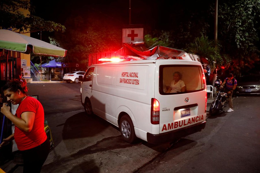 An ambulance arrives to the Benjamin Bloom National Children Hospital after an earthquake in San Salvador, El Salvador on July 31, 2019 — Reuters photo