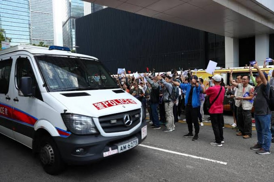 Many pro-police protesters applauded and cheered the police, some bowing and giving thumbs up as they walked past riot police on duty - Reuters photo
