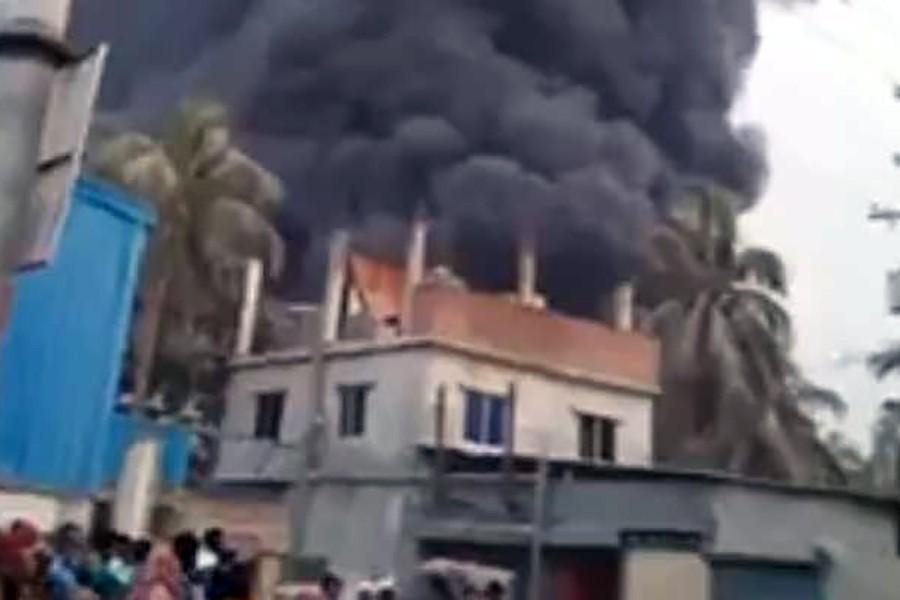 Fire breaks out at Keraniganj plastics factory