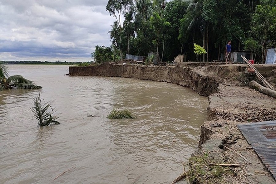 A vast tract of land with homesteads and other structures disappeared into the gorge of the eroding Madhumati River in Alfadanga upazila of Faridpur district — FE photo
