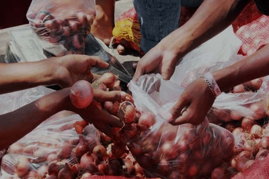 Govt starts open market sales of onion across the country