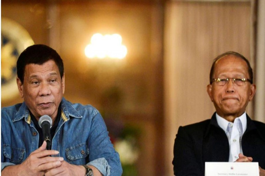 Philippine President Rodrigo Duterte announces the disbandment of police operations against illegal drugs next to Defence Secretary Delfin Lorenzana at the Malacanang palace in Manila, Philippines Jan 29, 2017. REUTERS