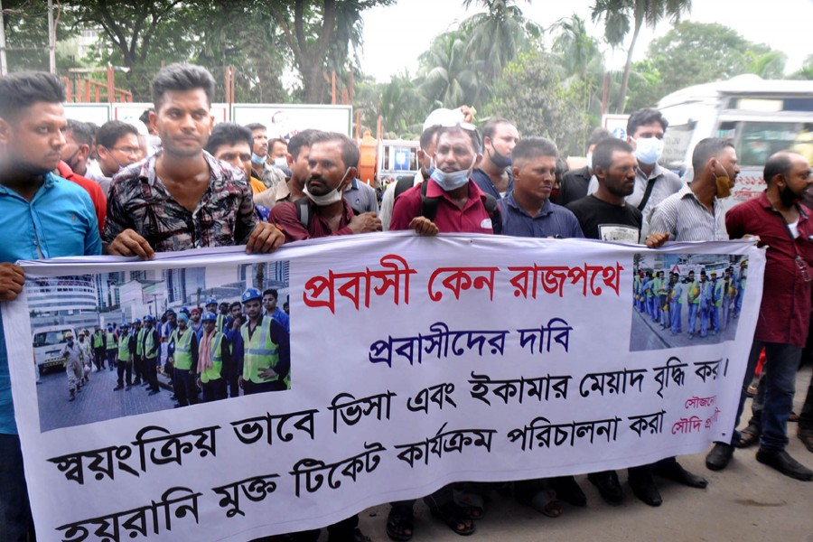 Saudi Arabia-bound stranded migrant workers stage demonstration in front of the Foreign Ministry in Dhaka on Tuesday, demanding the automatic renewals of visas and extension of Iqama — Focus Bangla photo
