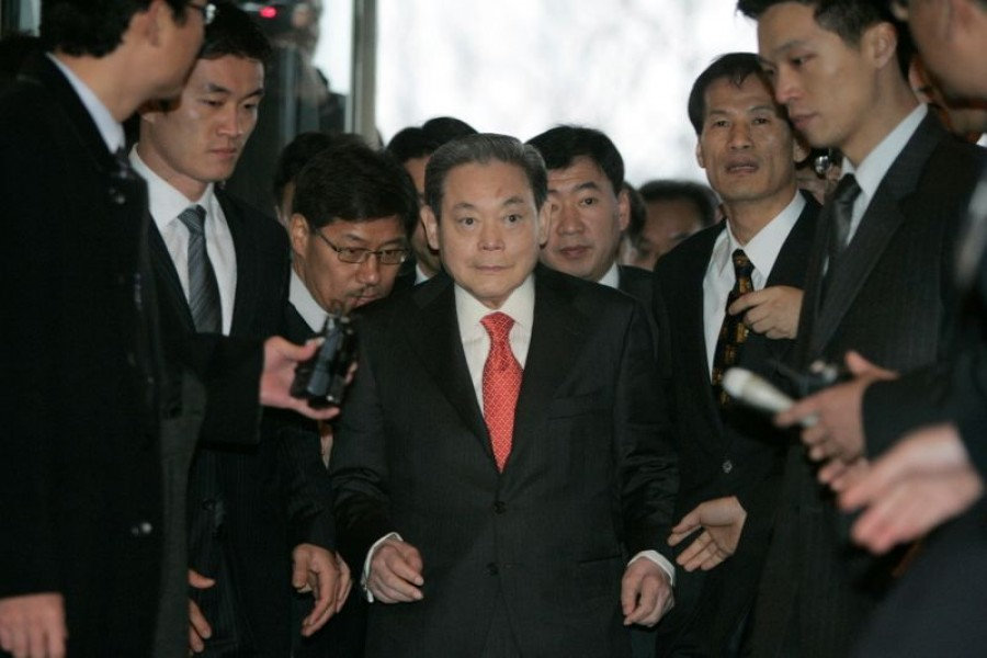 FILE PHOTO: Samsung Group chairman Lee Kun-hee (C) arrives at a main office of the Federation of Korean Industries, the country' biggest business lobby group, to meet President-elect Lee Myung-bak with other businessmen in Seoul December 28, 2007. REUTERS/Han Jae-Ho/File Photo