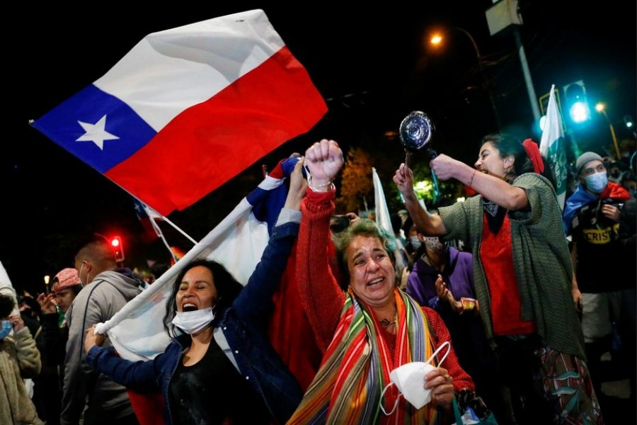 """Supporters of the """"I Approve"""" option react after hearing the results of the referendum on a new Chilean constitution in Valparaiso, Chile, October 25, 2020. REUTERS/Rodrigo Garrido"""