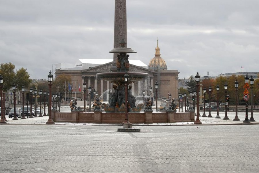 A deserted place de la Concorde in Paris is seen on the first day of the second national lockdown as part of the COVID-19 measures to fight a second wave of the coronavirus disease (COVID-19) in France, October 30, 2020. REUTERS/Charles Platiau
