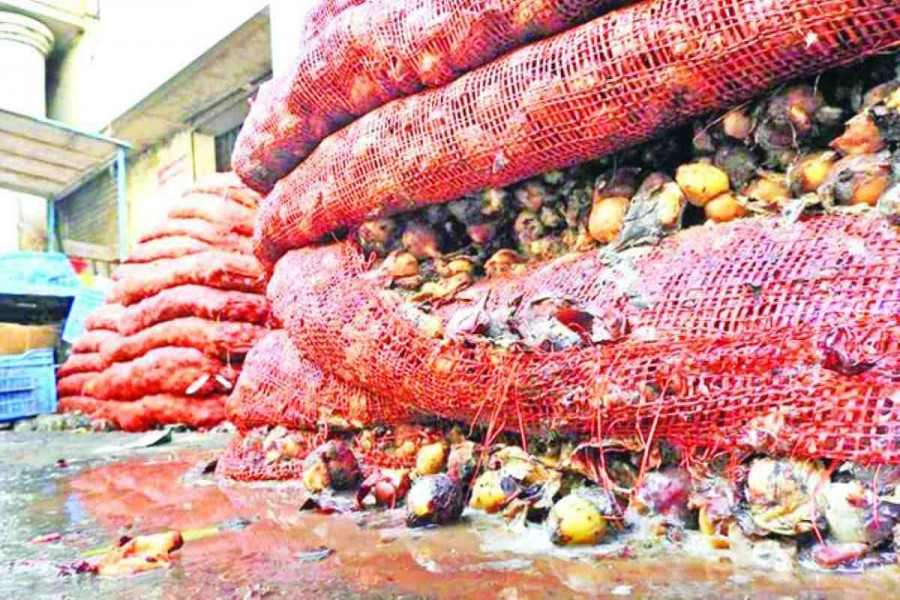 Traders dump rotten onions in Khatunganj amid price spiral at retail level
