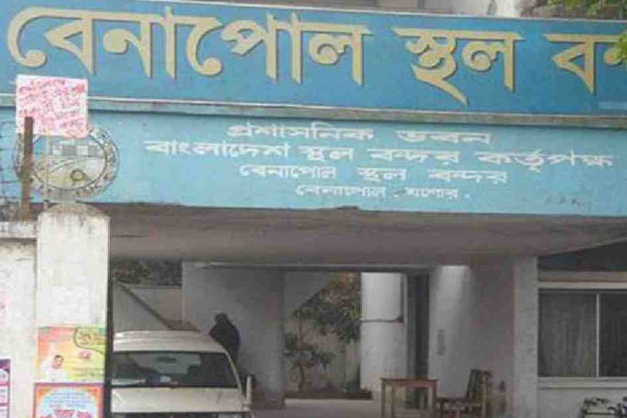 Over 100 Bangladeshis stranded at Benapole for Covid negative certificates