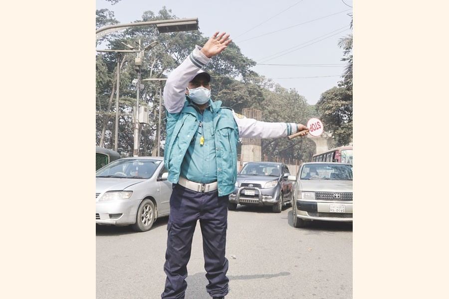 A policeman controlling traffic by waving his hands — FE Photo