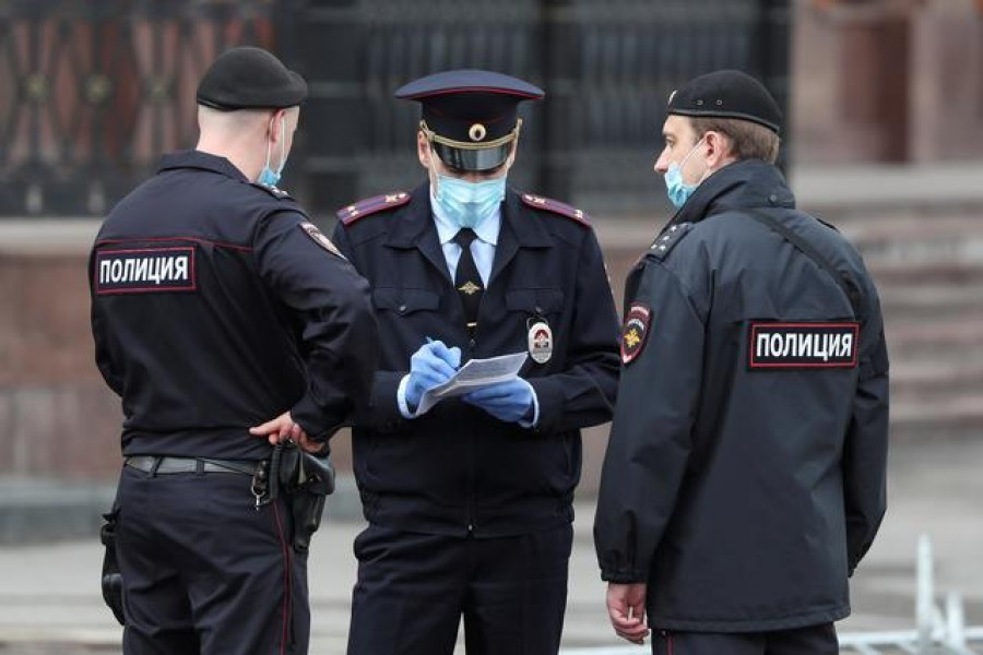 Police officers wearing protective face masks speak in a street amid the outbreak of the coronavirus disease (COVID-19) in Moscow, Russia May 6, 2020. REUTERS/Evgenia Novozhenina