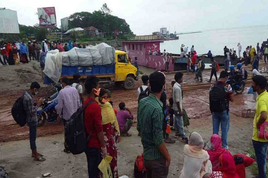 Mad rush of homebound travellers at Paturia terminal