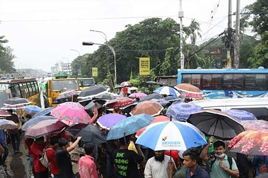 Chattogram workers block streets protesting transport ban keeping factories open