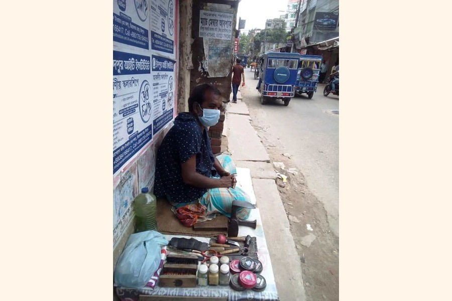 A daily wage earner sitting idle due to lockdown in Chandpur — FE Photo